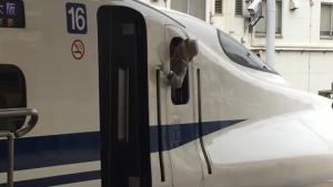 Masinis-Shinkansen-sedang-menunjuk